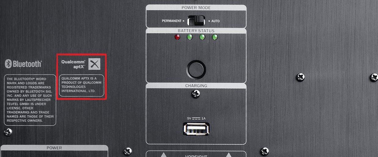 Rückseite des Bluetooth Kopfhörers ROCKSER AIR mit aptX Logo rot markiert.