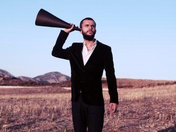Mann mit Hörhilfe