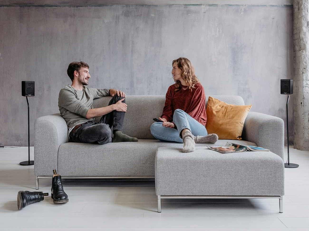 Zwei Lautsprecher Teufel-Effekt hinter Sofa