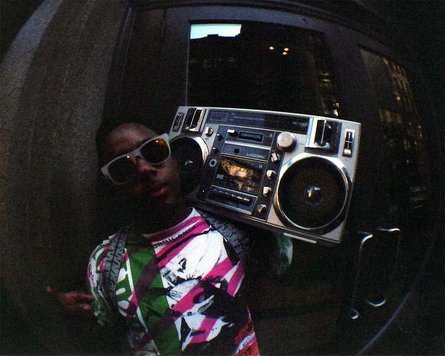 Ghettoblaster auf der Schulter