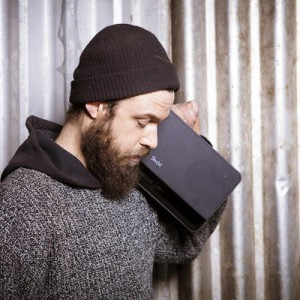Portable speaker Boomster op je schouder