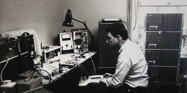 Schwarzweiß Foto von Ray Dolby vor technischen Aufbauten