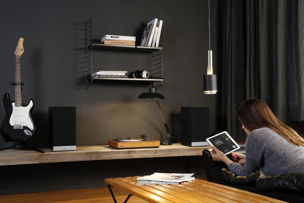 raumfeld-stereo-m-black-lifestyle-12jpg-1300x1300x72