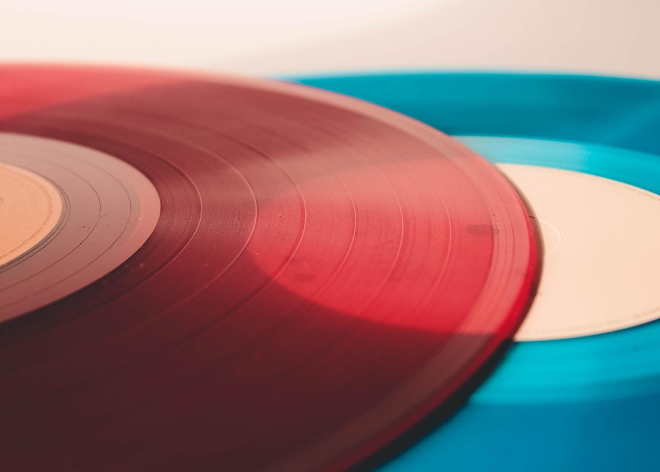 Zwei übereinander liegende Schallplatten.