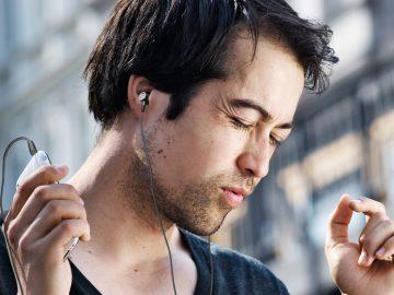 Mann hört mit Kopfhörer Musik