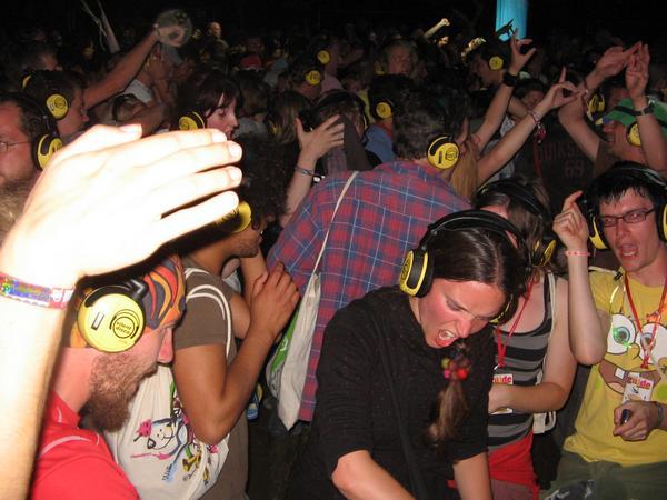 Menschen feiern auf einer Silent Disco
