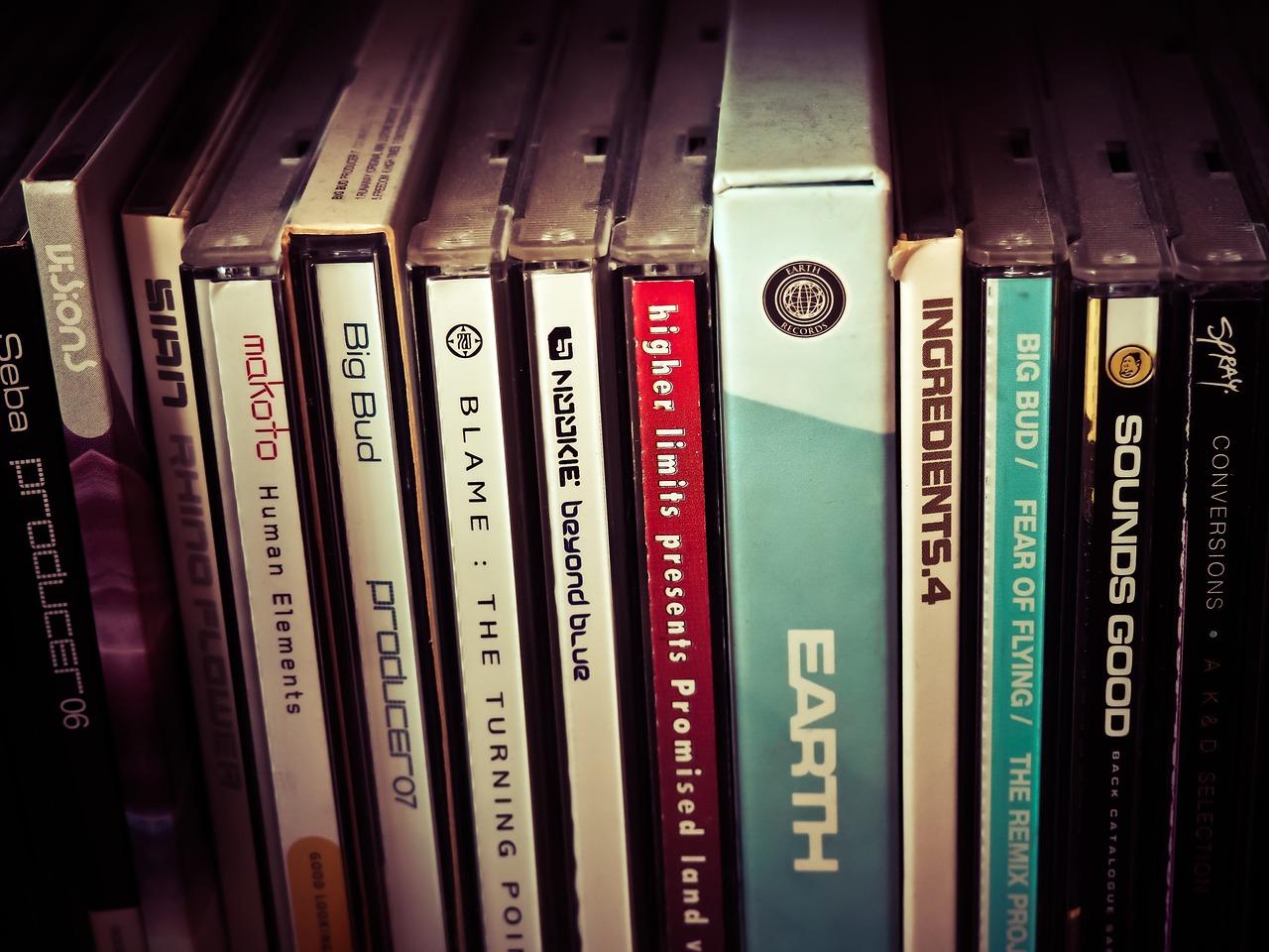 Stehende CDs in der Seitenansicht
