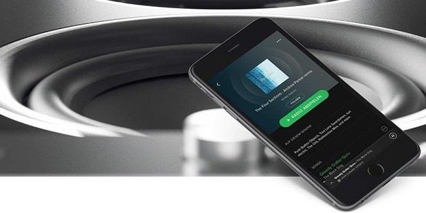 Smartphone mit Lautsprecher im Hintergrund