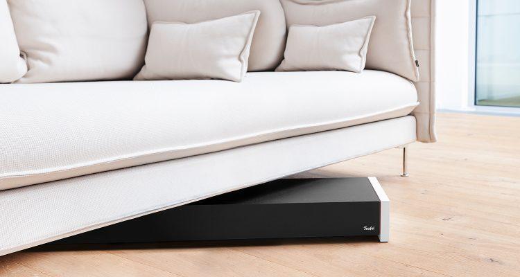 flacher subwoofer von teufel einfach unter sofa oder sitz stellen. Black Bedroom Furniture Sets. Home Design Ideas