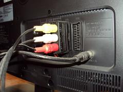 Die Rückseite eines Fernsehers mit Scart-Stecker
