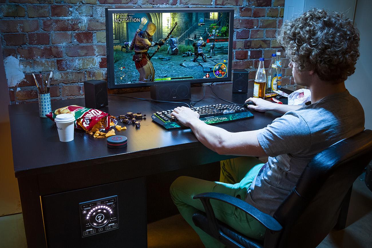 Gamer am PC mit CONCEPT E 450 Digital