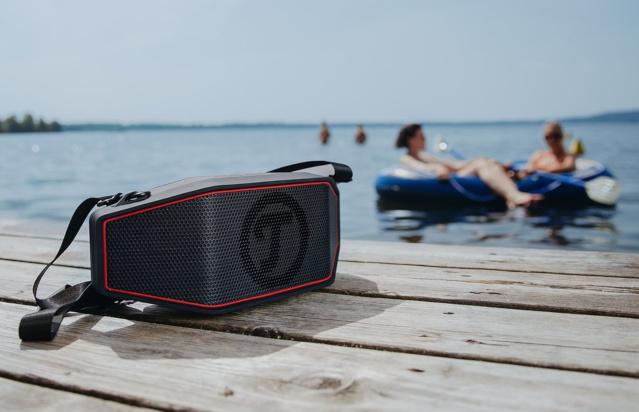 Aktiv-Lautsprecher Rockster Cross auf einem Bootssteg fotografiert.