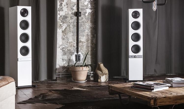 Multiroom-Lautsprecher Stereo L aufgestellt in einem Zimmer