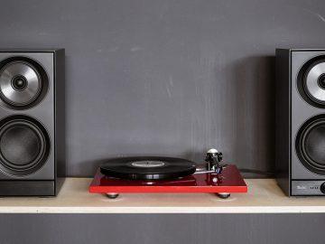 Aufgestellte Stereo L als WLAN-fähige Multiroom-Lautsprecher