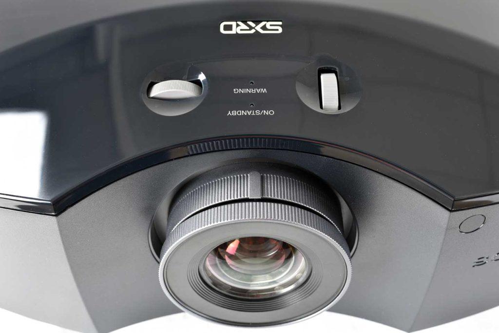 Highendige Heimkinoprojektoren erlauben einen weiten Zoombereich plus horizontalen und vertikalen Lensshift. Foto: R. Vogt