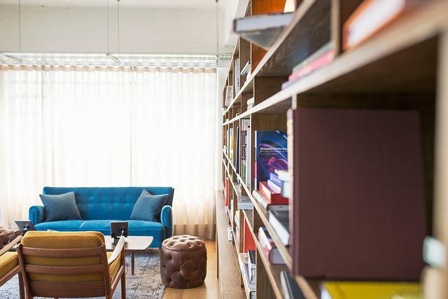 Ein Bücherregal kann die Raumakustik verbessern