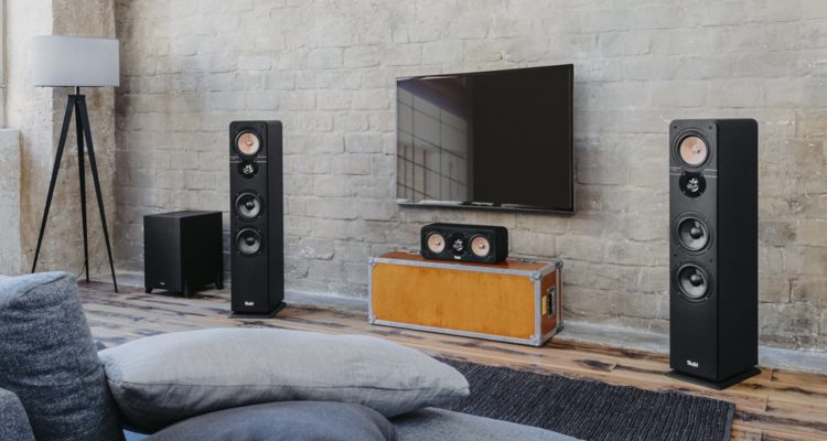 Die Front der Ultima Heimkino Konfiguiration mit Center-Lautsprecher und Standlautsprechern.