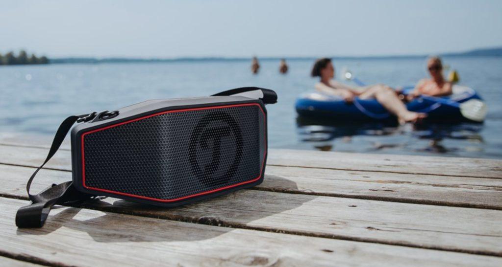 Teufel Lautsprecher mit Bluetooth auf einem Bootssteg liegend