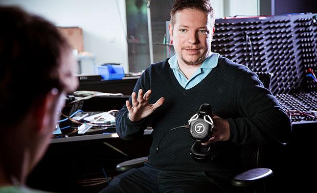 Robert Schwarz mit CAGE Headset in der Hand