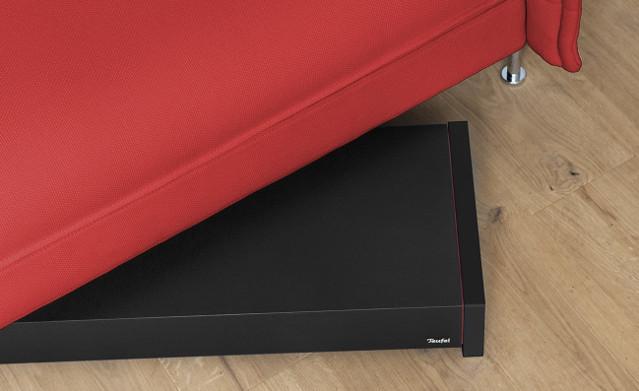 Flacher Subwoofer passt unter das Sofa