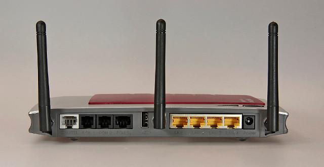 Was ist ein Router? Hier ist eine WLAN-Router von AVM mit seinen Anschlüssen zu sehen.