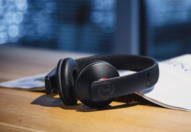AIRY Kopfhörer von Teufel in Schwarz auf Tisch neben Zeitschrift
