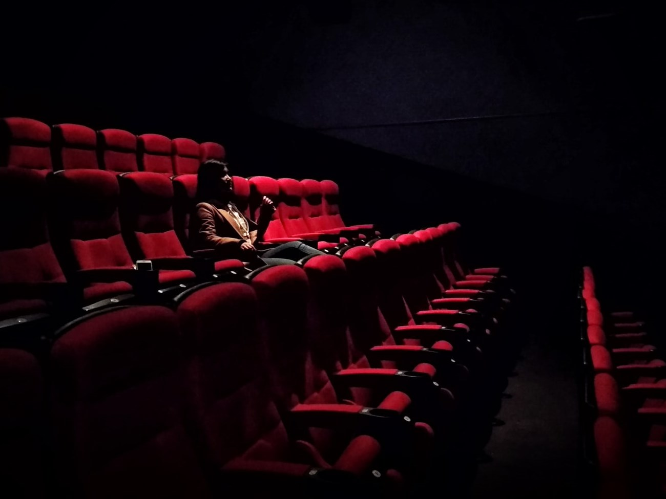 Frau allein im Kinosaal