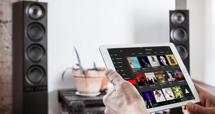 Hände halten Tablet mit feöffnetem Streaming-Dienst