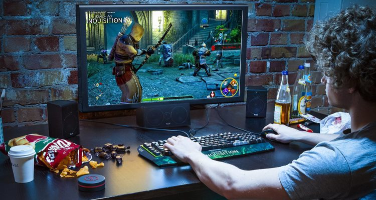 Forntlautsprecher des Concept E neben dem PC-Monitor