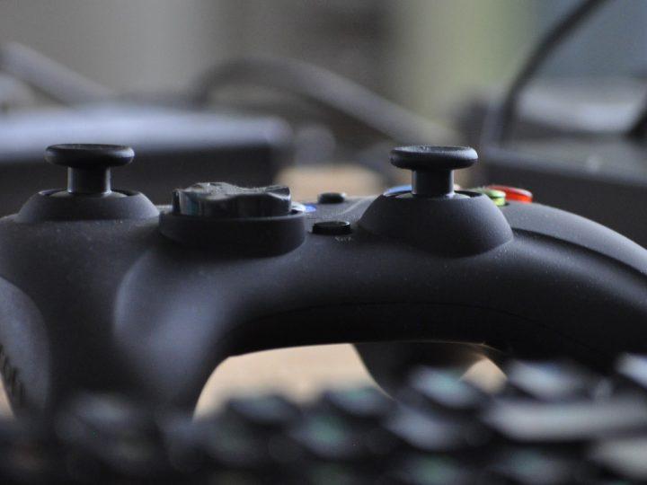 Ein schwarzer Gaming-Controller in Xbox-Controller-Form