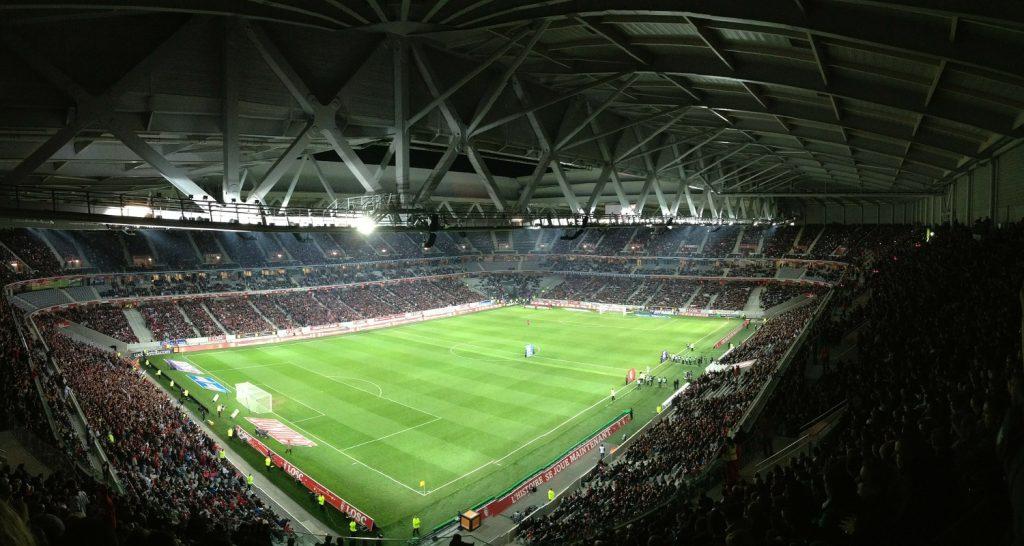 Unter dem Stadiondach fotografiertes Bild eines Stadions