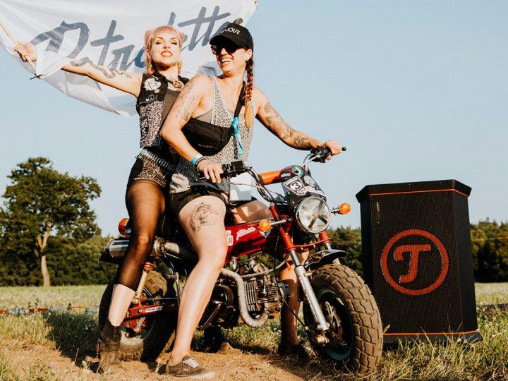 Petrolettes: Evilyn und Melanie auf Motorrad