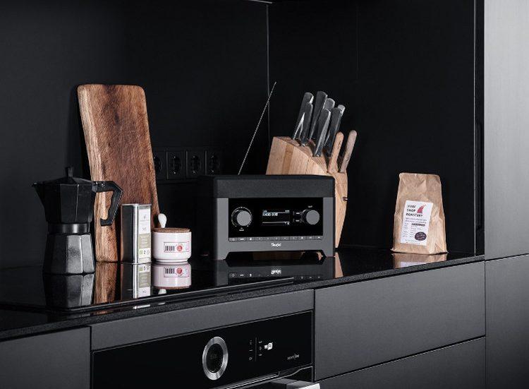 Das RADIO 3SIXTY auf einem dunklen Küchenregal.