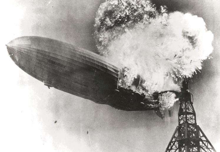 Aufnahme des 1937 havarierten Luftschiffs Hindenburg.