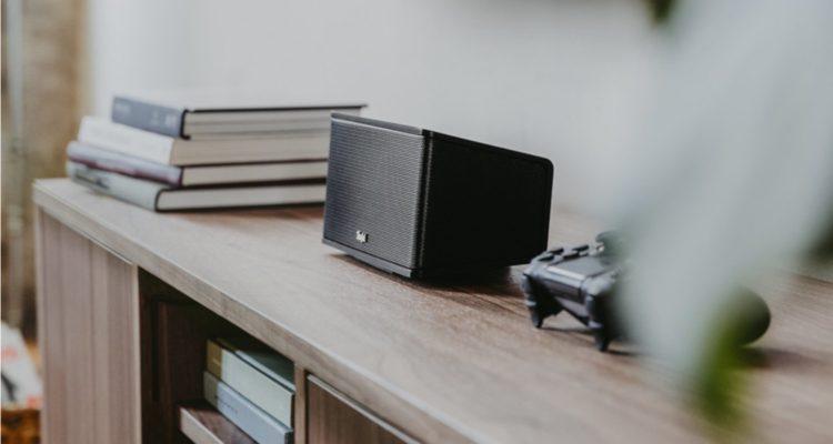Schwarzer Lautsprecher neben einem Controller.