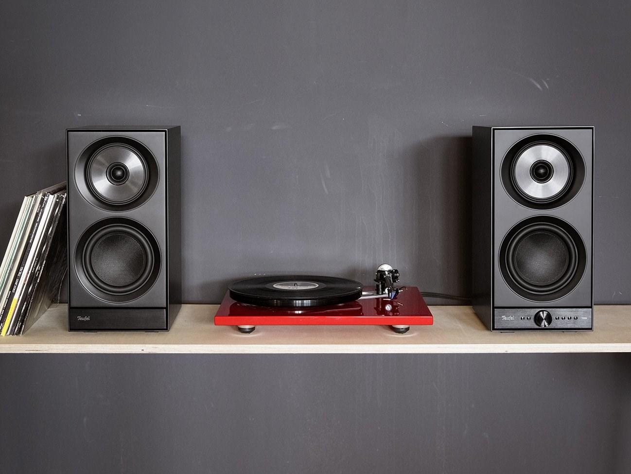 STEREO-M-Lautsprecher und Plattenspieler