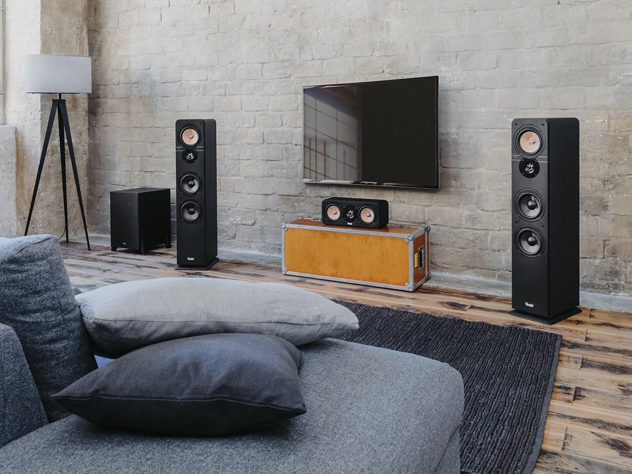 Wohnzimmer mit Teufel Ultima 40 Surround AVR für Dolby Atmos 5.1.2-Heimkinosystem