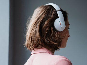 Frau mit Kopfhörer Teufel AIRY