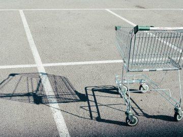 leerer Einkaufswagen auf leerem Parkplatz