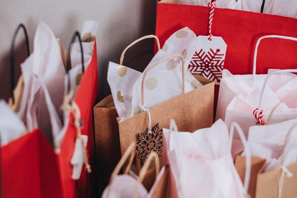 Viele weihnachtliche Einkaufstüten.