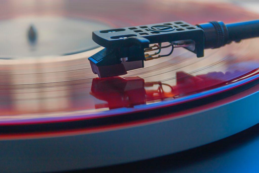 Plattennadel spielt Schallplatte ab