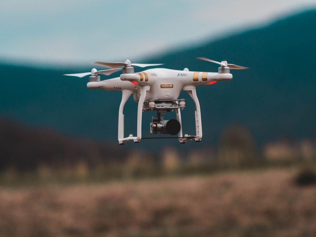 Weiße Drohne im Höhenflug.