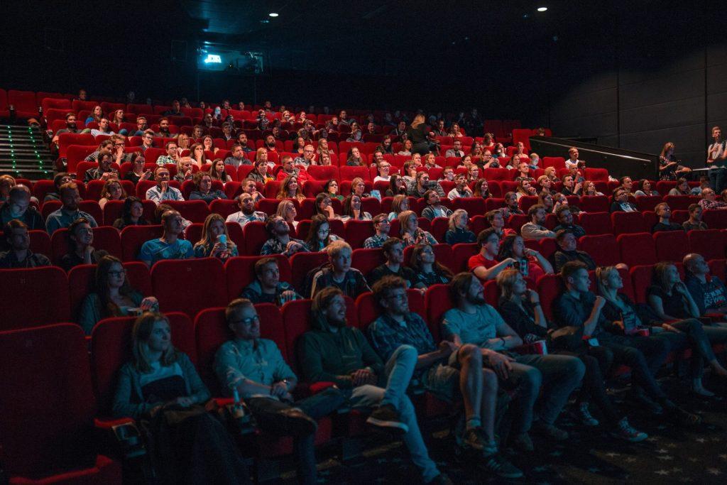 Großer Kinosaal mit vollen Sitzreihen