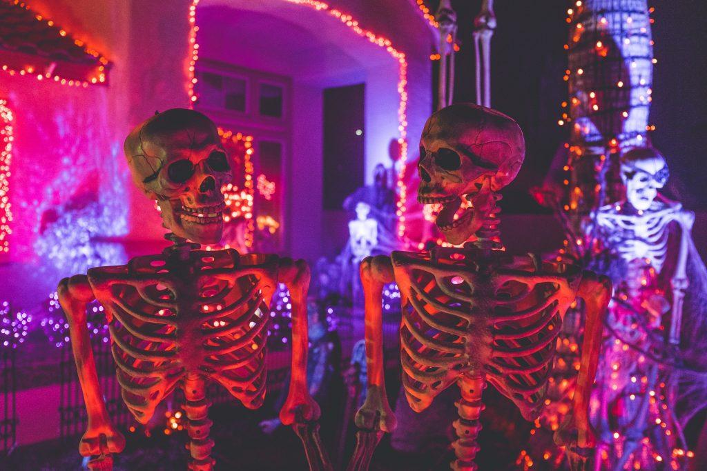 Skelettdeko bei der Halloweenparty.