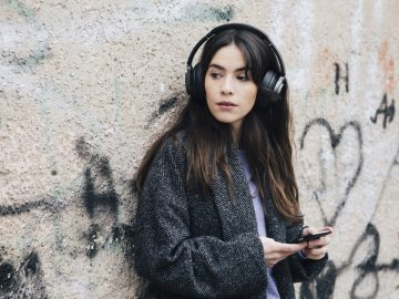 Frau mit Real Blue NC Kopfhörer