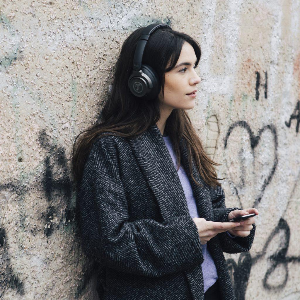Frau hört unterwegs Podcasts.
