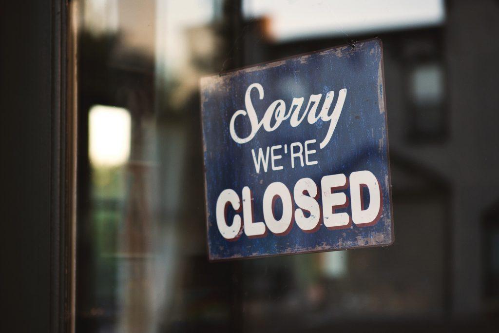 We're Closed Schild am Shop.