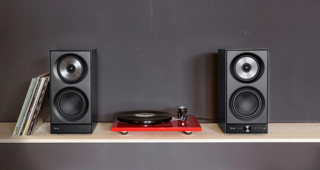 Zwei mit einem Plattenspieler verbundene STEREO M Lautsprecher