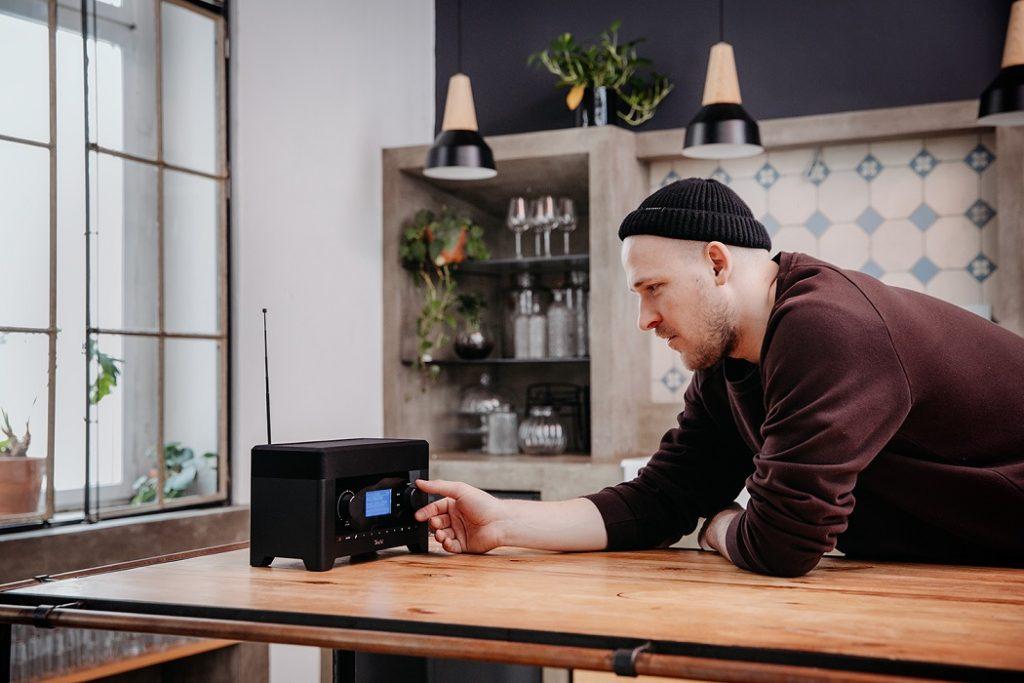 Mann in der Küche mit dem RADIO3SIXTY