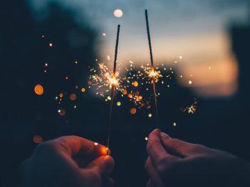 Zwei Wunderkerzen am Neujahrsmorgen